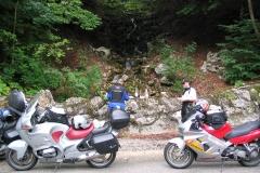8-06N_Brotzeit_am_Wasserfall_im_Tal_der_Doubs